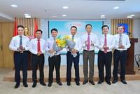 Ông Cao Hoài Dương – Chủ tịch HĐQT cùng tập thể HĐQT PVOIL chúc mừng ông Đoàn Văn Nhuộm và ông Nguyễn Mậu Dũng