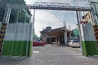 Mảng kinh doanh dịch vụ khách sạn của OCH bị ảnh hưởng nặng nề bởi dịch Covid-19. Khu đất khách sạn StarCity Westlake số 10 Trấn Vũ của OCH đang được tận dụng làm bãi để xe. Ảnh: Dũng Minh.