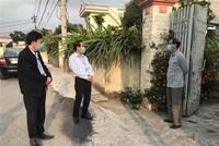 Cán bộ tuyên truyền phòng dịch tại xóm 7 thôn Ngọc Hòa, xã Vĩnh Hòa, Ninh Giang, Hải Dương. (Ảnh: Tiến Vĩnh/TTXVN).