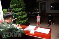 Lực lượng chức năng làm việc với các đối tượng bị bắt giữ khi nhập cảnh trái phép vào Việt Nam. (Ảnh: Hồng Ánh/TTXVN phát).