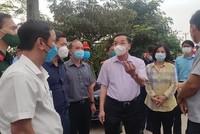 Ông Chu Ngọc Anh, Chủ tịch Ủy ban nhân dân Thành phố Hà Nội kiểm tra công tác phòng, chống dịch tại xã Kim Sơn (Gia Lâm) . (Ảnh: PV/Vietnam+).