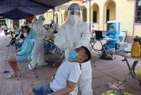 Người dân lấy mẫu xét nghiệm tại xã Mão Điền, huyện Thuận Thành, Bắc Ninh. (Ảnh: Thanh Thương/TTXVN).