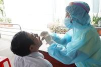 Ngành Y tế lấy mẫu xét nghiệm Covid-19 cho công nhân.