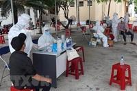 Cán bộ y tế test nhanh kháng nguyên SARS-CoV-2 cho lao động tại tỉnh Phú Yên. (Ảnh: TTXVN).