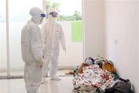 Bác sỹ Bệnh viện dã chiến thu dung, điều trị COVID-19 số 3 (thành phố Thủ Đức) thăm khám cho bệnh nhân mắc COVID-19 không triệu chứng. (Ảnh: Xuân Khu/TTXVN).