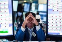 Rủi ro bủa vây, giới đầu tư thi nhau tháo chạy