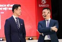 """Ông Hoàng Đạo Hiệp (bên phải) luôn xuất hiện và đóng vai trò """"phiên dịch viên"""" cho Tổng giám đốc Bennet Neo (bên trái) tại hầu hết các sự kiện của Sabeco từ khi ông được bổ nhiệm là Phó tổng giám đốc (Ảnh: Sabeco)."""