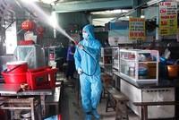 Lực lượng chuyên môn tiến hành phun khử khuẩn toàn bộ khu vực chợ Đống Đa