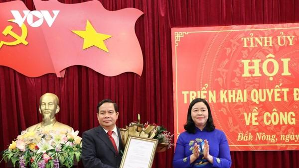 Ủy viên Trung ương Đảng, Trưởng Ban Dân vận Trung ương Bùi Thị Minh Hoài trao Quyết định và tặng hoa, chúc mừng ông Điểu K'Ré.