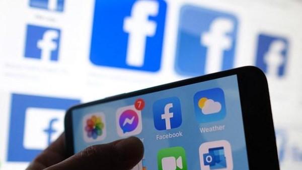 Biểu tượng Facebook trên màn hình điện thoại di động. (Ảnh: AFP/TTXVN).
