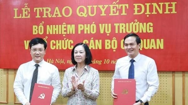Bà Trương Thị Mai trao quyết định bổ nhiệm cho các cán bộ.
