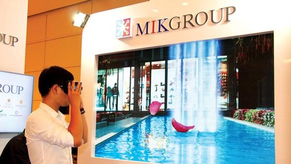 Khách hàng tham quan căn hộ mẫu dự án của MIK qua kính VR. Ảnh: Thành Nguyễn