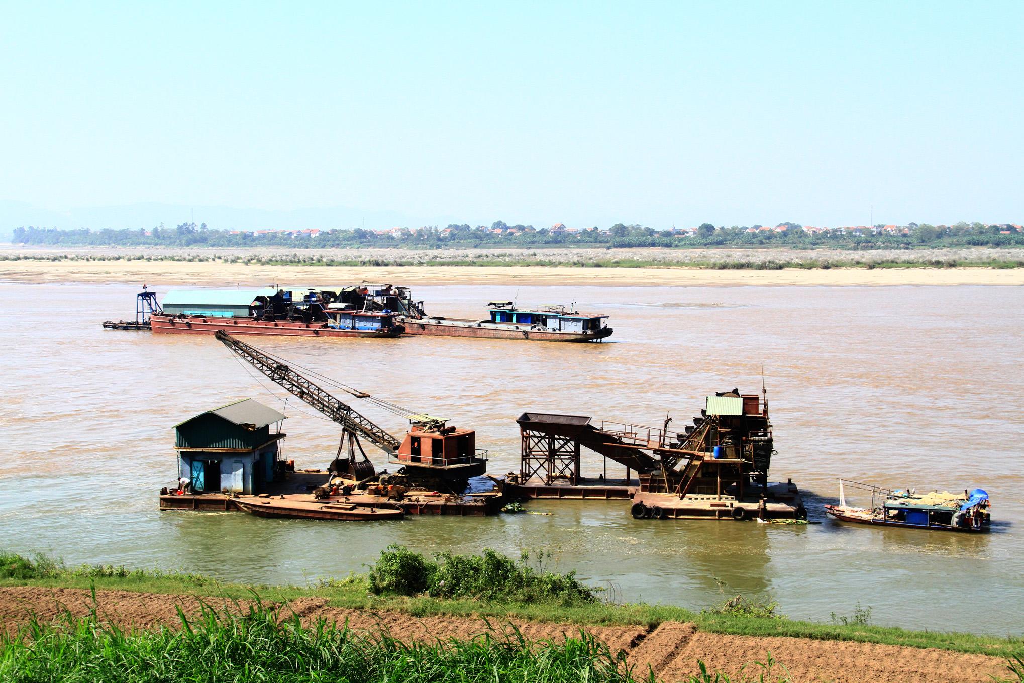 Một đoạn sông ngắn ở Ba Vì nhưng có đến hàng chục chiếc tàu hút cát tập kết và khai thác suốt nhiều tháng qua.