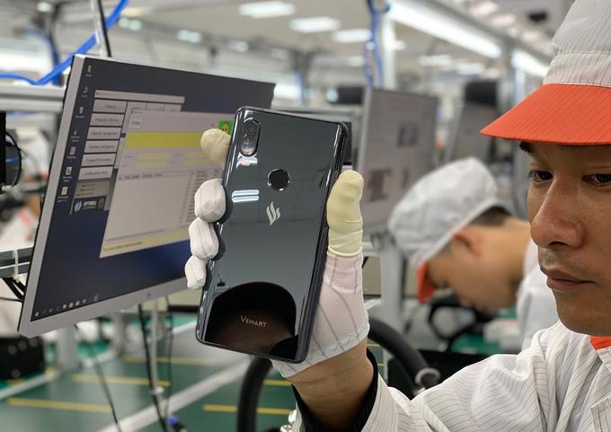 Smartphone đầu tiên của Vingroup lộ diện