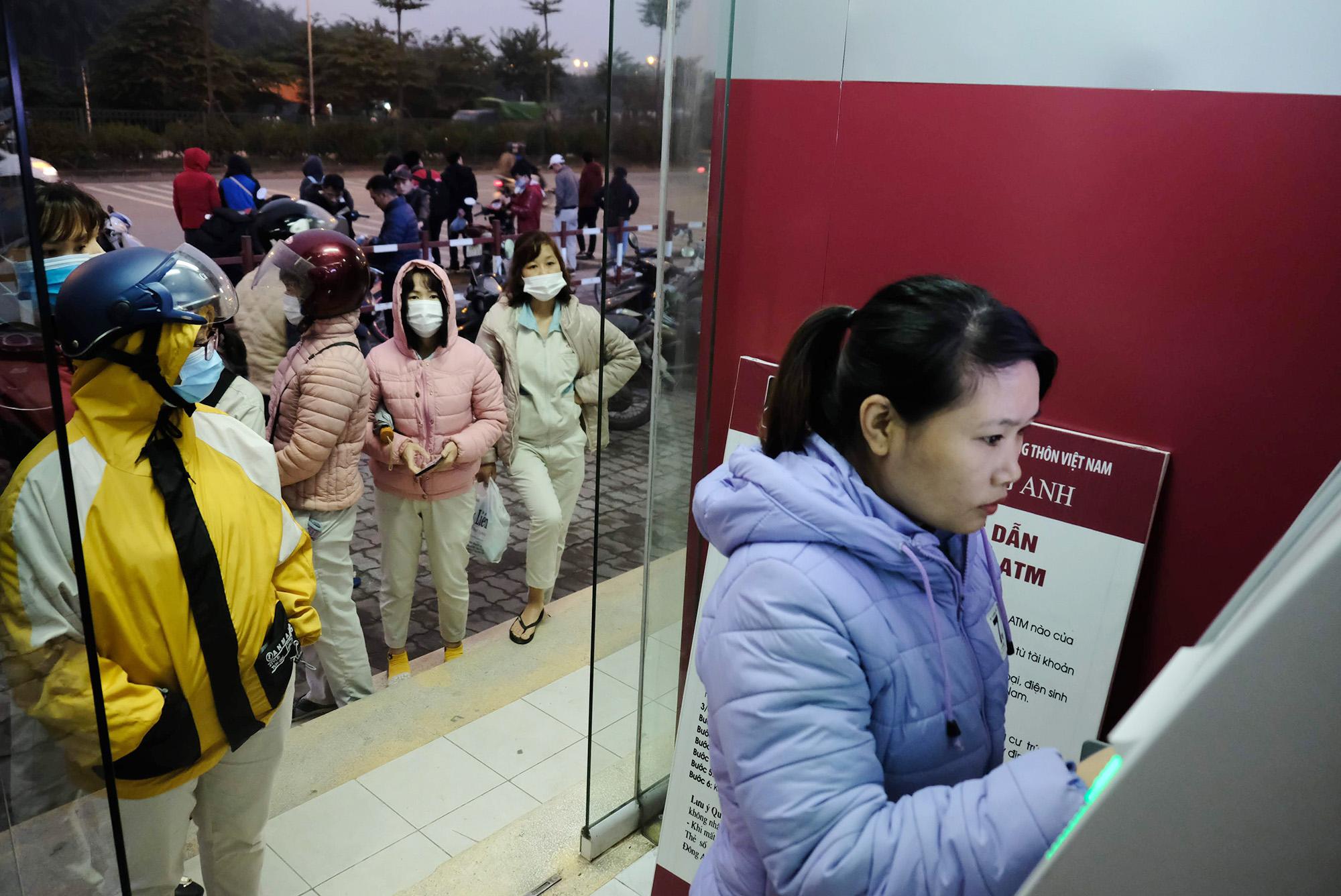 Hà Nội: Công nhân xếp hàng trong giá rét chờ rút tiền về quê ăn Tết