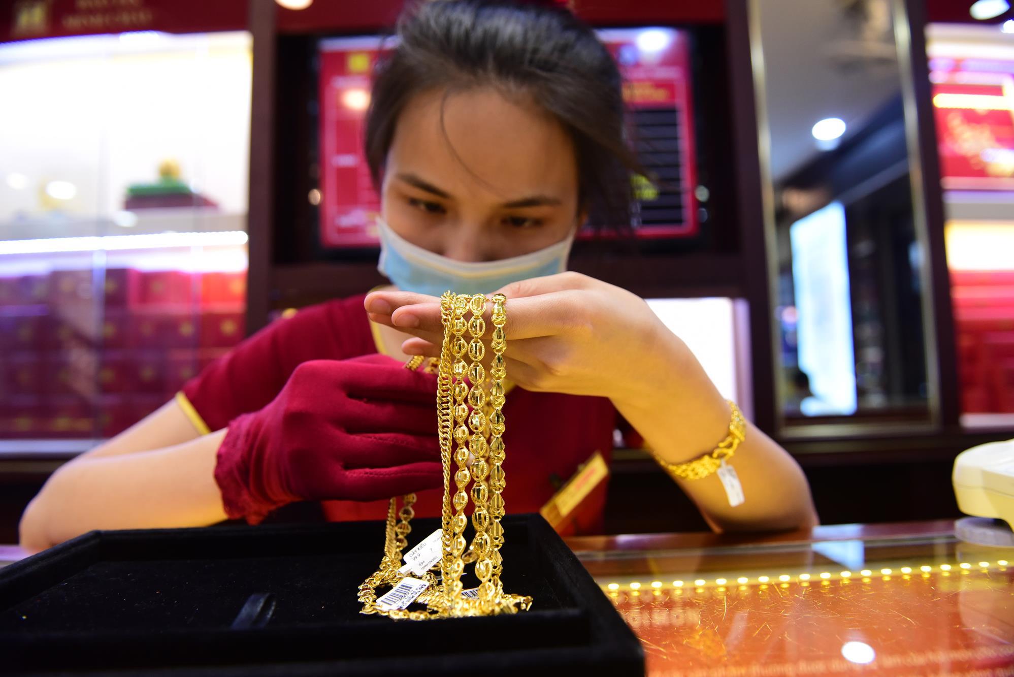 """Mang hơn 6 tỷ mua 100 cây vàng ngày giá vàng lên """"cơn điên"""""""