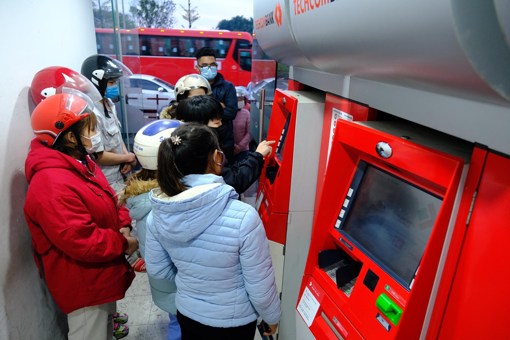 Xếp hàng, đeo khẩu trang rút tiền ATM ngày cận Tết