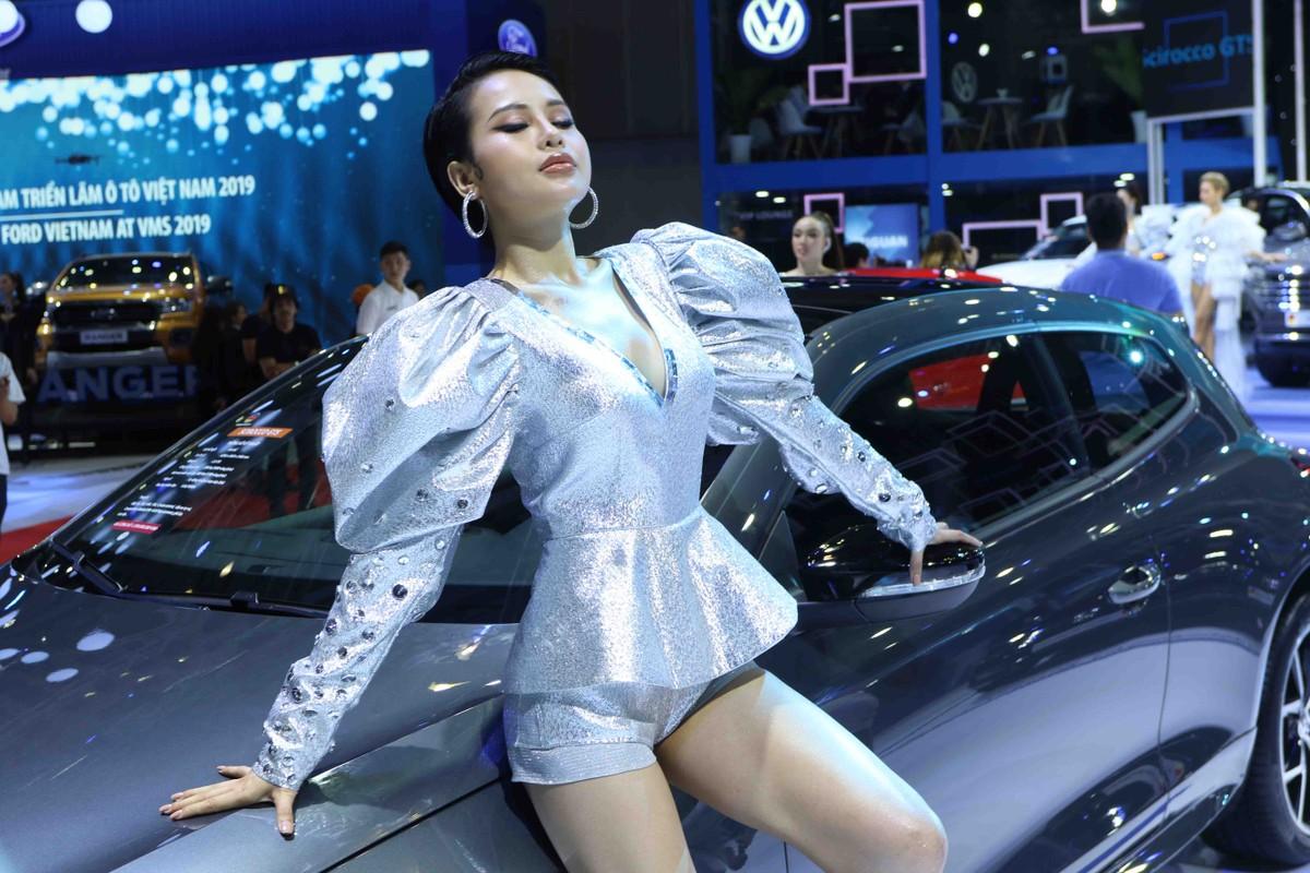 Chân dài đọ dáng bên xe sang tại Vietnam Motor Show 2019 ảnh 14