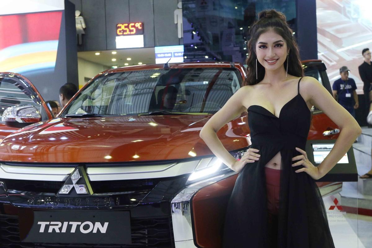 Chân dài đọ dáng bên xe sang tại Vietnam Motor Show 2019 ảnh 2