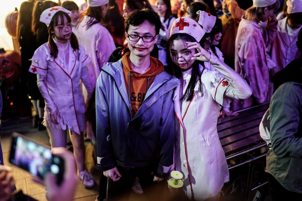 Khách du lịch khắp nơi đổ về Vũ Hán tham dự ngày lễ Halloween ảnh 10