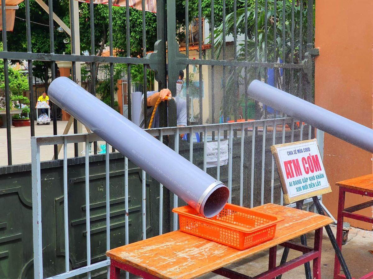 TP.HCM: Sau ATM gạo lại đến ống trượt cơm giúp người nghèo ảnh 2