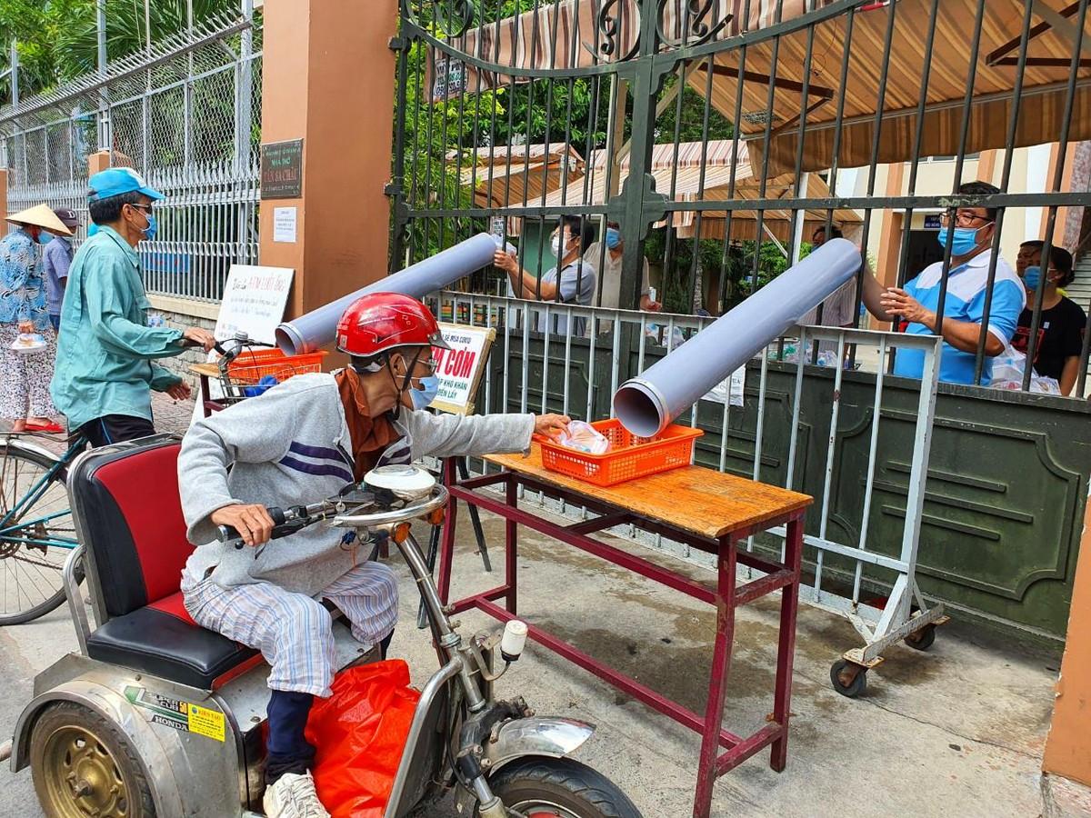 TP.HCM: Sau ATM gạo lại đến ống trượt cơm giúp người nghèo ảnh 3