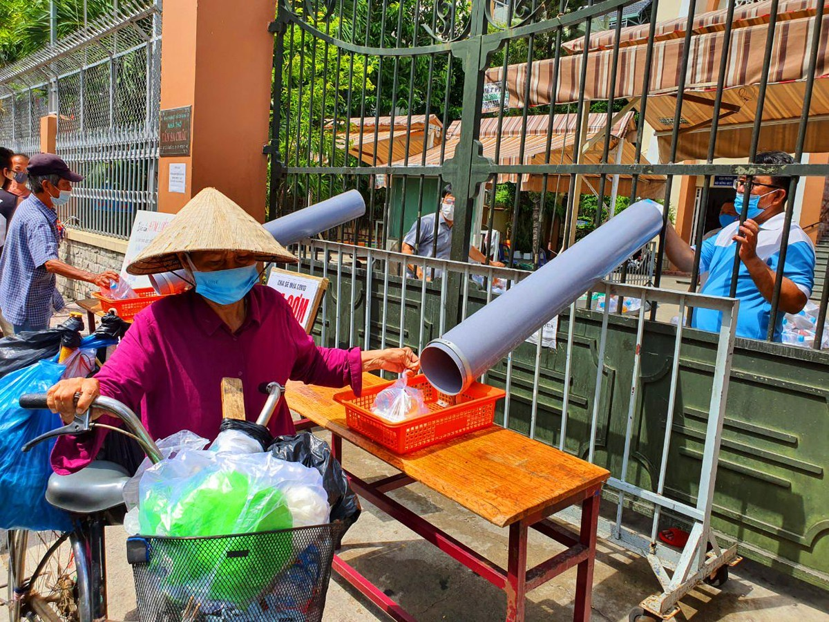 TP.HCM: Sau ATM gạo lại đến ống trượt cơm giúp người nghèo ảnh 4
