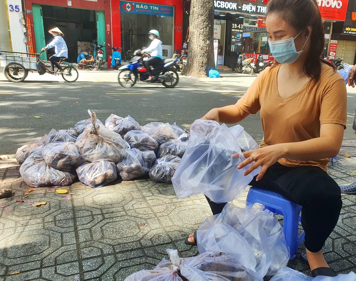 TP.HCM: Sau ATM gạo lại đến ống trượt cơm giúp người nghèo ảnh 10