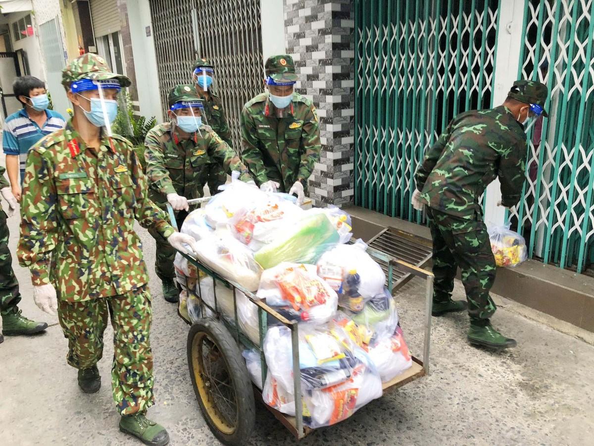 Những hình ảnh đẹp về bộ đội hỗ trợ người dân tại TP.HCM ảnh 2