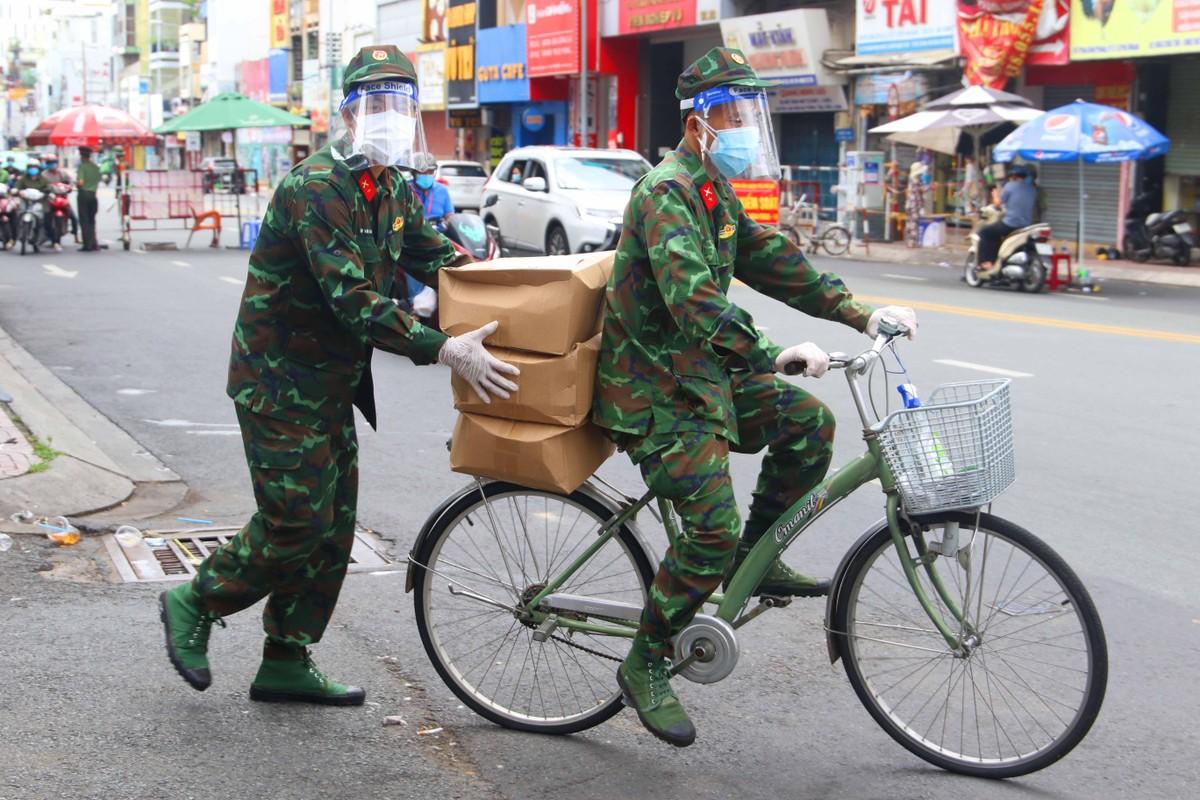 Những hình ảnh đẹp về bộ đội hỗ trợ người dân tại TP.HCM ảnh 4