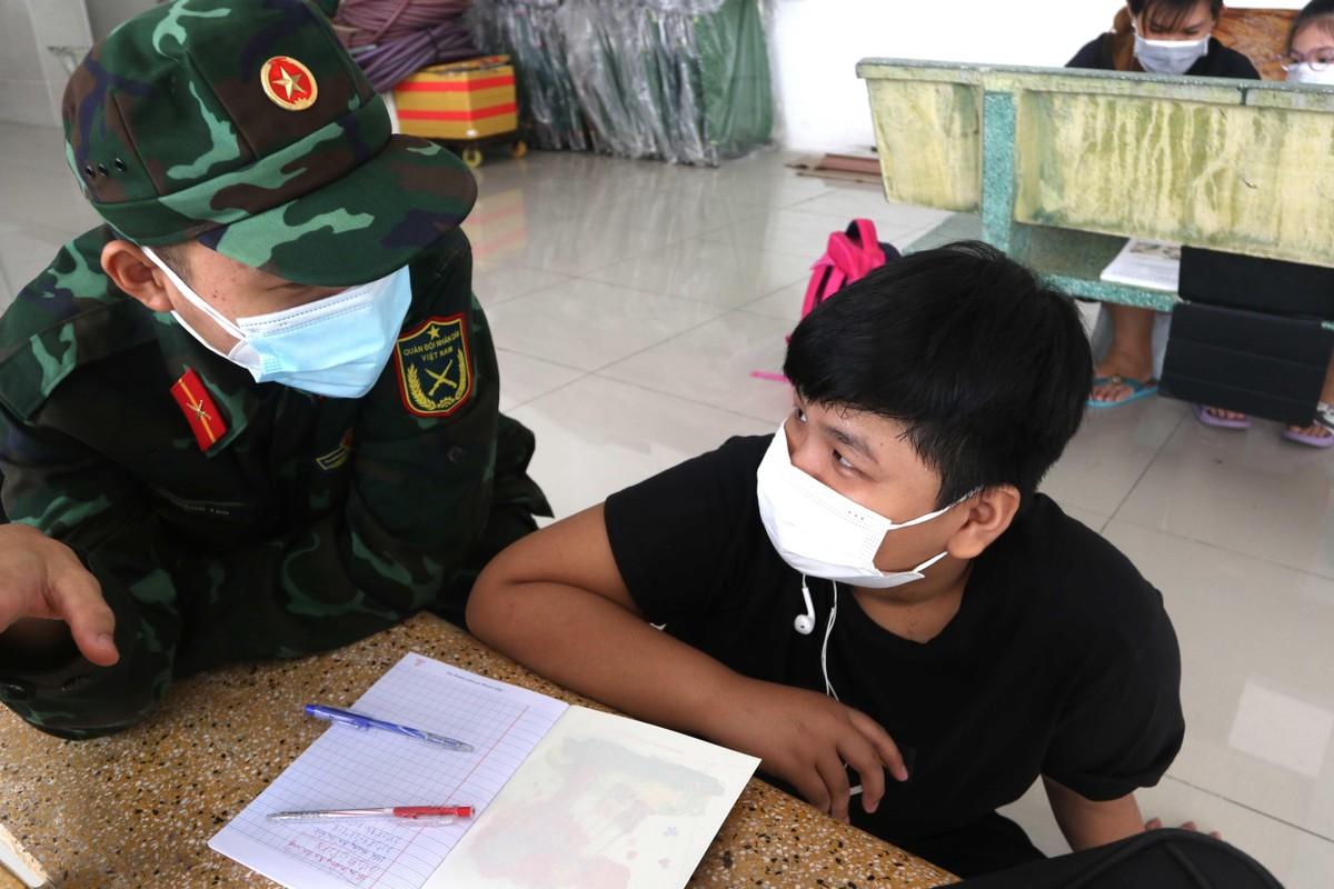 Những hình ảnh đẹp về bộ đội hỗ trợ người dân tại TP.HCM ảnh 10