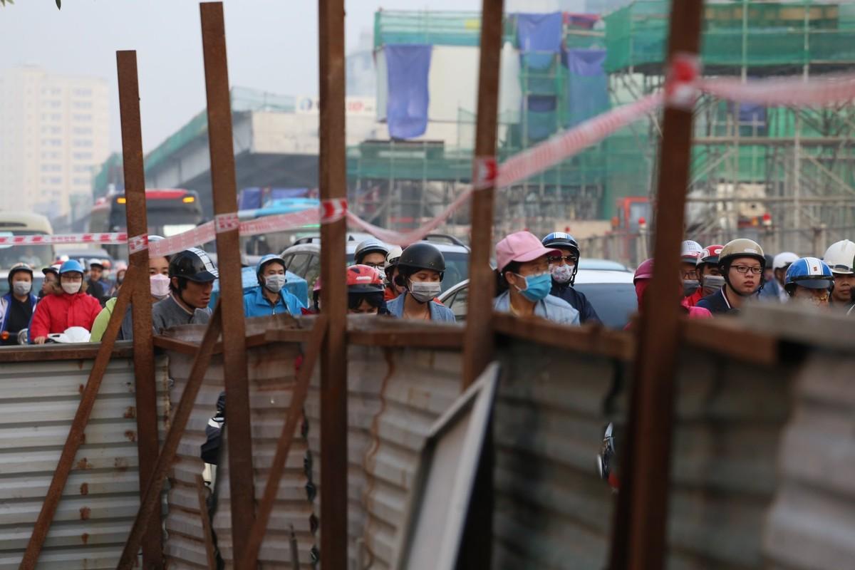Đường phố Hà Nội tắc cứng ngày cận Tết ảnh 8