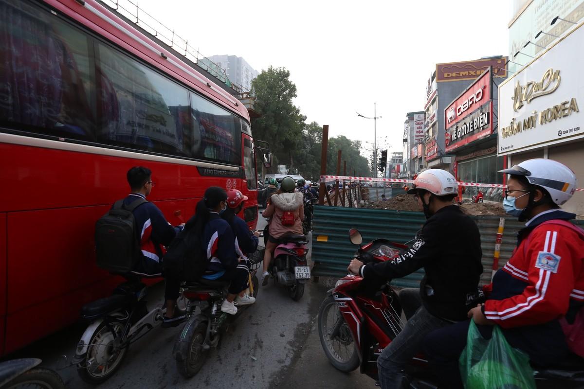Đường phố Hà Nội tắc cứng ngày cận Tết ảnh 9