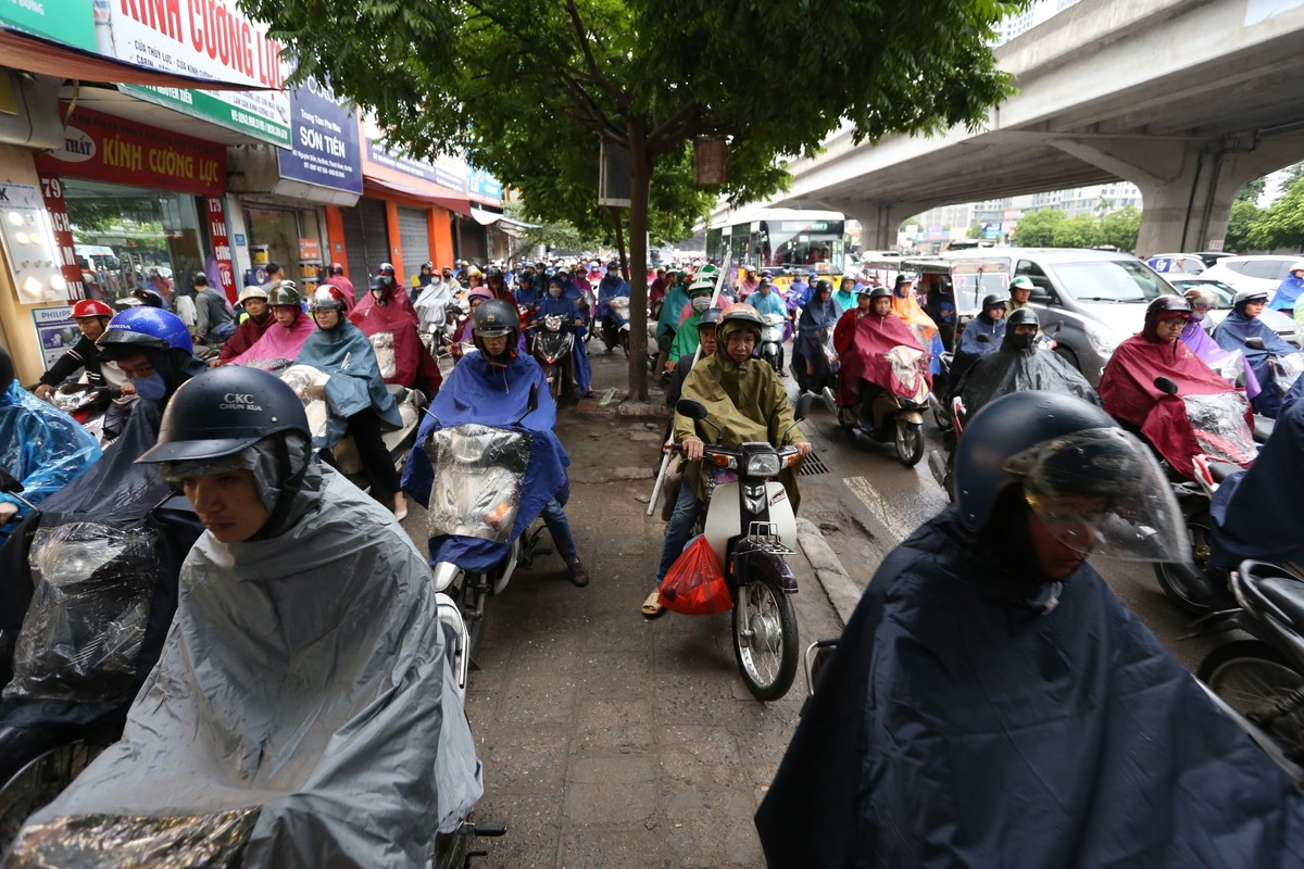 Đường phố Hà Nội tắc cứng ngày cận Tết ảnh 5