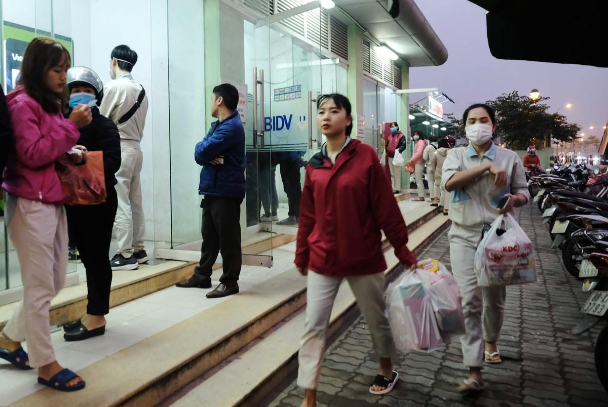 Hà Nội: Công nhân xếp hàng trong giá rét chờ rút tiền về quê ăn Tết ảnh 10