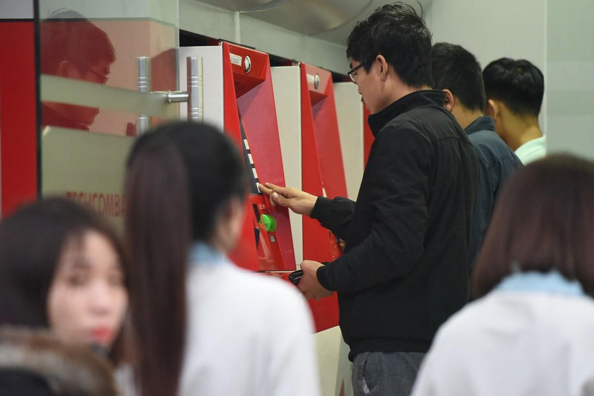Hà Nội: Công nhân xếp hàng trong giá rét chờ rút tiền về quê ăn Tết ảnh 4