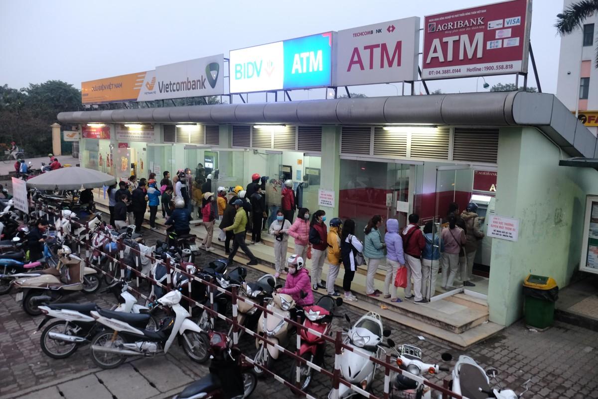 Hà Nội: Công nhân xếp hàng trong giá rét chờ rút tiền về quê ăn Tết ảnh 1