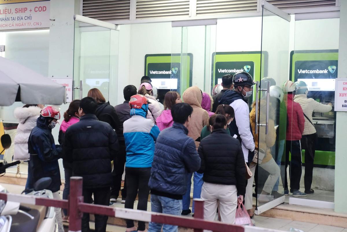 Hà Nội: Công nhân xếp hàng trong giá rét chờ rút tiền về quê ăn Tết ảnh 2