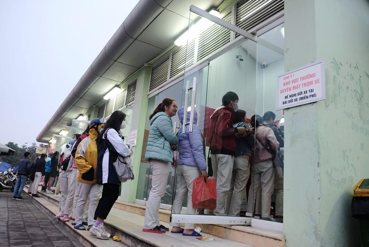 Hà Nội: Công nhân xếp hàng trong giá rét chờ rút tiền về quê ăn Tết ảnh 3