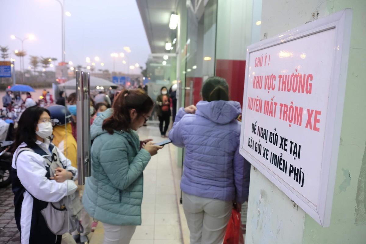 Hà Nội: Công nhân xếp hàng trong giá rét chờ rút tiền về quê ăn Tết ảnh 8