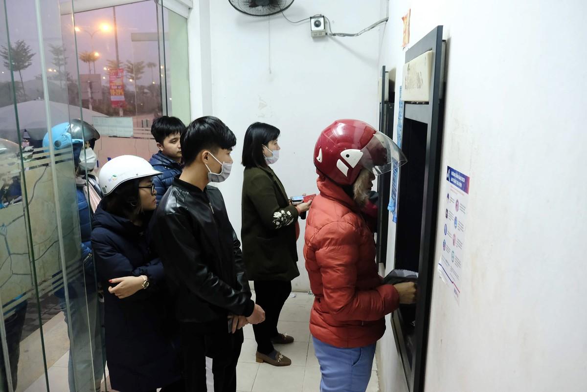 Hà Nội: Công nhân xếp hàng trong giá rét chờ rút tiền về quê ăn Tết ảnh 7