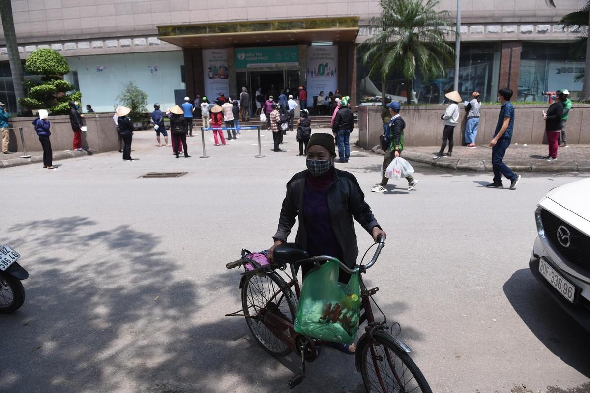 Dân nghèo đội nắng nóng xếp hàng chờ shopping siêu thị 0 đồng ảnh 1