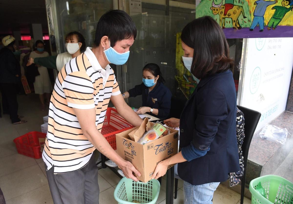 Dân nghèo đội nắng nóng xếp hàng chờ shopping siêu thị 0 đồng ảnh 8