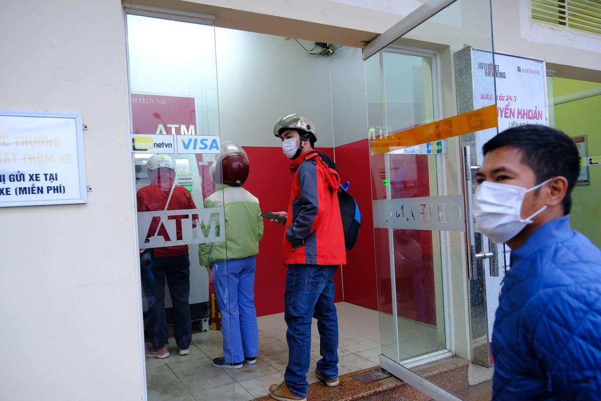 Xếp hàng, đeo khẩu trang rút tiền ATM ngày cận Tết ảnh 7