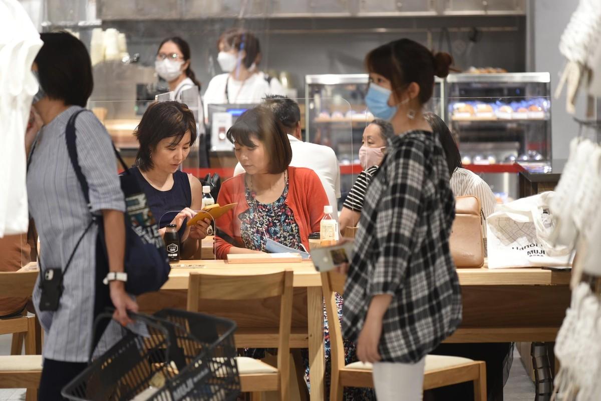 Chen chân mua sắm trong cửa hàng MUJI đầu tiên tại Hà Nội ảnh 12