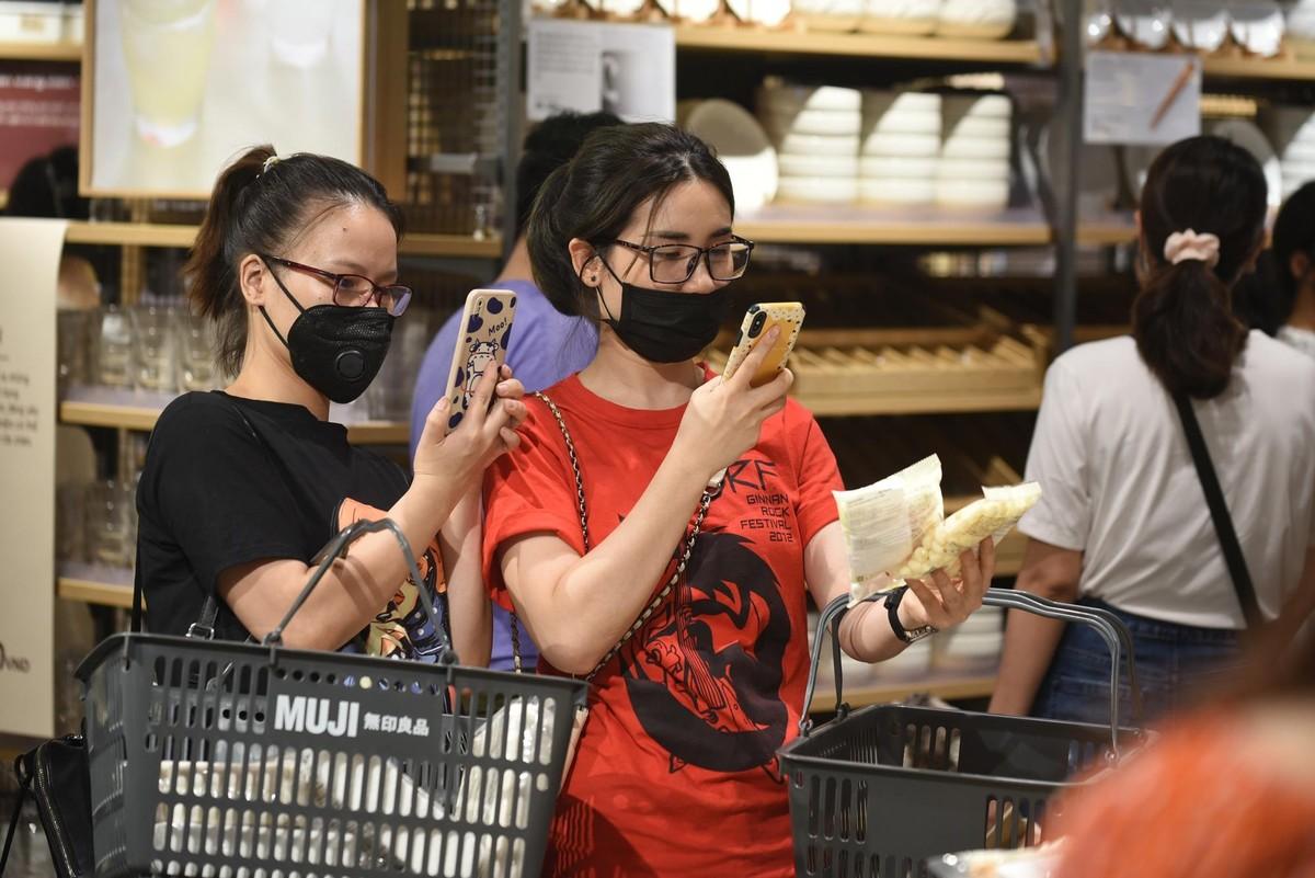Chen chân mua sắm trong cửa hàng MUJI đầu tiên tại Hà Nội ảnh 13