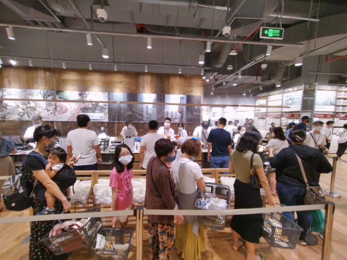 Chen chân mua sắm trong cửa hàng MUJI đầu tiên tại Hà Nội ảnh 11