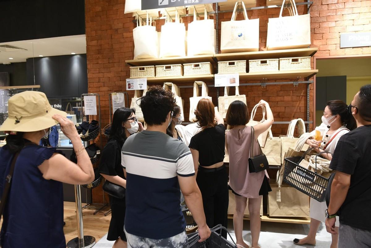 Chen chân mua sắm trong cửa hàng MUJI đầu tiên tại Hà Nội ảnh 10