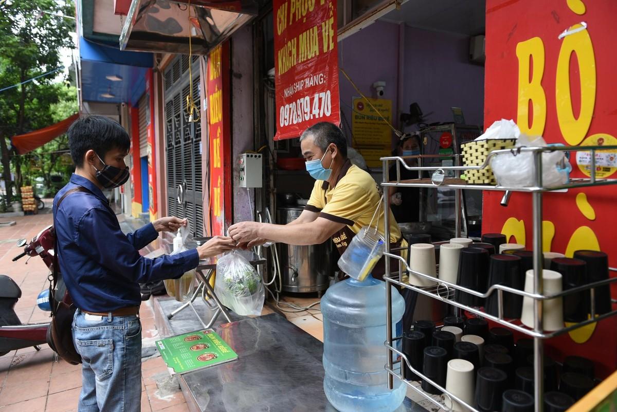Hàng quán ở Hà Nội mở cửa, chỉ bán mang về ảnh 8