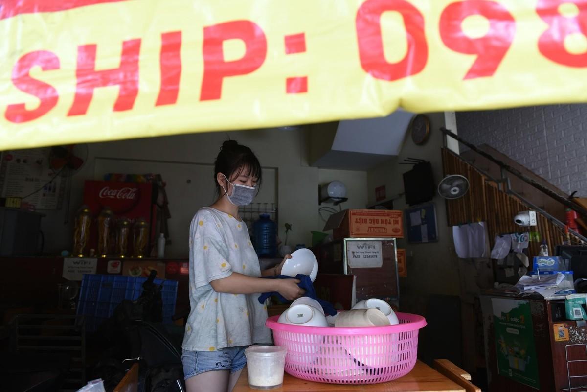 Hàng quán ở Hà Nội mở cửa, chỉ bán mang về ảnh 4